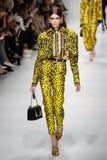 Kaia Gerber camina la pista en la demostración de Versace durante Milan Fashion Week Spring /Summer 2018 imágenes de archivo libres de regalías