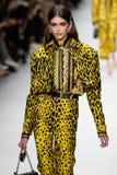 Kaia Gerber camina la pista en la demostración de Versace durante Milan Fashion Week Spring /Summer 2018 fotos de archivo