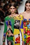 Kaia Gerber en Mica Arganaraz lopen de baan in Versace tonen tijdens Milan Fashion Week Spring /Summer 2018 stock afbeelding