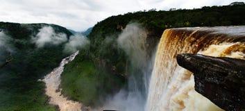 Kaieteur瀑布,其中一个在世界的最高的秋天在potaro河圭亚那 免版税库存照片
