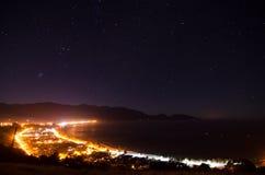 Kaikoura en la noche con las estrellas que brillan intensamente, Nueva Zelandia Fotografía de archivo libre de regalías