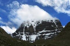Kailash på vita moln för bakgrund Arkivfoto