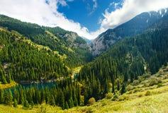 Kaindy See in Tien Shan-Berg stockbild