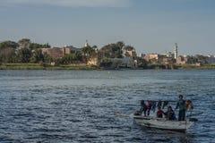 Kairo Egypten Februari 11 2012: Egyptisk familj i ett litet fartyg på flodNilen i mitt av Kairo Arkivfoton
