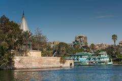 Kairo Egypten Februari 11 2012: Nileometeren och den turist- segelbåten på flodNilen i mitt av Kairo Arkivbilder