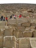 kairo Giseh-Tal Ägypten 5. Januar 2008: Touristen behaupten auf der Pyramide Lizenzfreies Stockbild