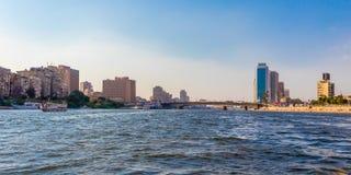 Kairo-Stadt mit st?dtischen Skylinen, Wolkenkratzern, Br?cke und Segelbooten lizenzfreie stockfotos
