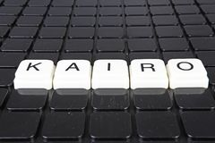 Kairo-Titeltext-Wortkreuzworträtsel Alphabetbuchstabe blockiert Spielbeschaffenheitshintergrund Weiße alphabetische Buchstaben au Stockfoto