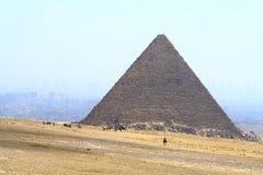 Kairo und Pyramide lizenzfreie stockbilder