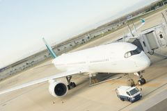 Kaisai, Japón - 27 de octubre de 2017: Aeroplano que carga de sus pasajeros fotografía de archivo