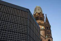 Kaiser威谦廉纪念教会Gedachtniskirche残破的塔有钟楼的在前面-教会不是改建作为w提示  库存图片