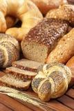 Kaiser chlebowa rolka z makowymi ziarnami na drewnianym stole Fotografia Royalty Free