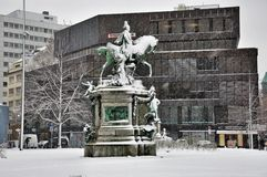 Kaiser Wilhelm Monumenton un il giorno nevoso a Dusseldorf, Germania Fotografia Stock Libera da Diritti