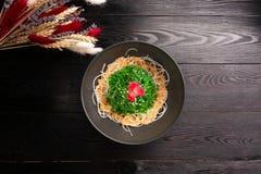 Kaiso με τη σάλτσα καρυδιών και σουσάμι σε ένα ξύλινο υπόβαθρο στοκ εικόνες