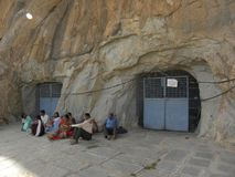 Kaivara, Karnataka die, India - Januari 1, 2009 Mensen dichtbij de holtempel zitten in de middag Royalty-vrije Stock Afbeeldingen