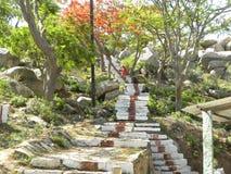 Kaivara, Karnataka, Indien - 1. Januar 2009 Schritte gemacht von den Steinen, um zur Spitze des Hügels zu gehen Lizenzfreie Stockfotografie