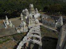 Kaivara Karnataka, Indien - Januari 1, 2009 bästa sikt av den vita färgtemplet på kullen Arkivbilder
