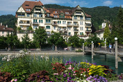 Kaj av floden Aare i Thun, Schweiz Arkivfoton