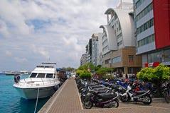 Kaj i manliga Maldiverna med fartyget och motorcyklar Royaltyfria Bilder