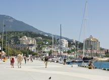 Kaj i townen Yalta, Crimea royaltyfria foton