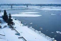 Kaj och flod med en flygais royaltyfri foto
