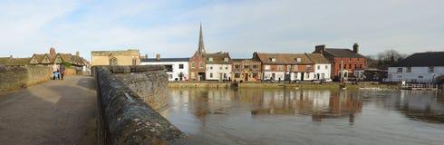 Kaj och historisk broSt Ives Cambridgeshire Arkivfoto