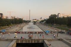 Kaj och invallning och oavslutat torn av staden av Yekaterinburg arkivbilder