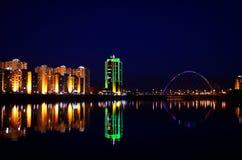 Kaj och vatten för Astana nattbro Arkivbilder