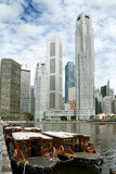 Kaj Singapore för vattentaxi- och skyskrapafartyg Arkivbilder