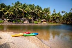 Kajak łodzie przy Goa plażą obraz royalty free