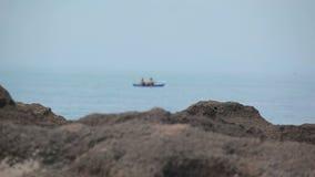 Kajak żegluje wzdłuż wybrzeża zbiory wideo