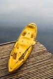 Kajak amarillo en balsa Fotos de archivo