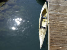 Kajak angekoppelt am Pier lizenzfreie stockfotos
