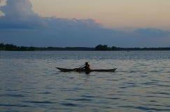 Kajak auf dem See Lizenzfreie Stockbilder