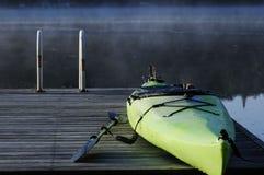 Kajak auf Dock Stockfoto
