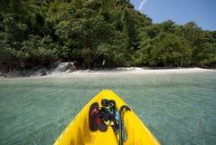 Kajak auf einem lokalisierten Inselstrand Lizenzfreie Stockfotografie