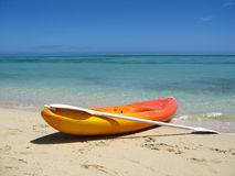 Kajak auf leerem Strand Stockbild