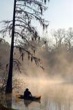 Kajak auf nebelhaftem Fluss Stockfoto