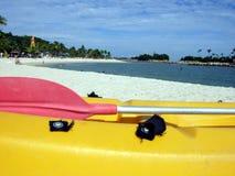 Kajak auf tropischem Rücksortierungstrand Stockbild