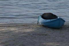 Kajak azul por el mar Fotografía de archivo libre de regalías