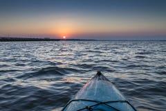 Kajak bei Sonnenaufgang lizenzfreie stockfotografie