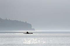 Kajak che attraversa un lago Immagini Stock