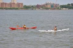 Kajak in de hudsonrivier, de stad van New York Stock Foto's