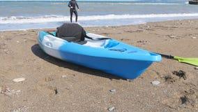 Kajak del mar en la playa arenosa almacen de metraje de vídeo
