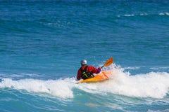 Kajak del mar que gira una onda Imagenes de archivo
