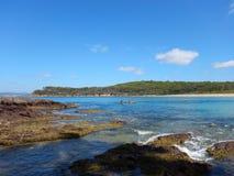 Kajak dell'oceano in baia alla riserva marina del parco nazionale di Murramarang immagine stock