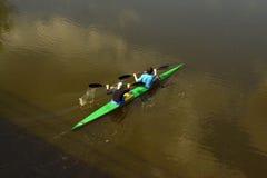 Kajak, der in den Fluss, die Ansicht von der Spitze schwimmt Stockbilder