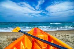 Kajak, der den Strand und die Meereswogen betrachtet stockfotos
