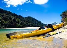 Kajak die op een strand rust Royalty-vrije Stock Foto