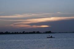 Kajak durante il tramonto Fotografia Stock